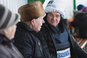 OSCE Chairperson-in-Office, Slovakia's Foreign and European Affairs Minister Miroslav Lajčák (r) listens to the concerns of local people living near the entry-exit checkpoint in Stanytsia Luhanska,16 January 2019.  (OSCE/Victor Konopkin)