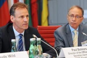 Paul Bekkers (l), Director of the Office of the OSCE Secretary General, alongside Ibrahim Awad of the American University in Cairo, during an OSCE conference on migration governance, Vienna, 17 June 2016. (OSCE/Micky Kroell)
