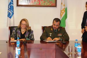 Tuula Yrjölä, Head of the OSCE Programme Office in Dushanbe and Lieutenant General Sherali Mirzo, Minister of Defence of the Republic of Tajikistan, signing the Memorandum of Understanding, Dushanbe, 9 November 2017.  (OSCE/Munira Shoinbekova )