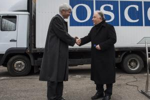 OSCE SMM Chief Monitor Ertugrul Apakan and Swiss Ambassador to Ukraine Guillaume Scheurer during an official handover ceremony, Kyiv,15 March 2016. (OSCE/Evgeniy Maloletka)