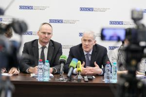 Ambassador Wolf-Dietrich Heim (l), Special Representative of the OSCE Chairperson-in-Office for the Transdniestrian settlement process, and Ambassador Michael Scanlan, Head of the OSCE Mission to Moldova, speaking at a press conference, Chisinau, 25 May 2017. (OSCE/Liubomir Turcanu)