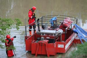 Rescue team drains water using water pumping equipment on Mlava river, Kostolac, 19 May 2014. (OSCE/Milan Obradovic)