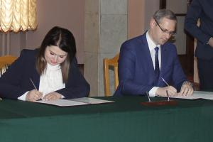The Moldovan and Transdniestrian Chief Negotiators, Cristina Lesnic (l) and Vitaly Ignatiev (r), sign an agreement on the mechanism for the participation of vehicles from Transdniestria in international road traffic, Bender, 24 April 2018. (OSCE/Anna Vorobeva)