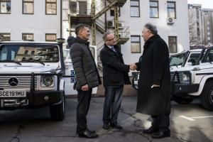 OSCE SMM Chief Monitor Ertugrul Apakan receives the keys to the cars from the Head of the EU Delegation to Ukraine Jan Tombinski, Kyiv, 3 February 2016. (OSCE/Evgeniy Maloletka)