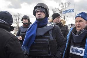 OSCE Chairperson-in-Office Angelino Alfano (l) and Ertugrul Apakan, Ambassador, Chief Monitor of the OSCE SMM, close to the entry-exit checkpoint near government-controlled Pyshchevyk, eastern Ukraine, 31 January 2018. 