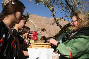 Ambassador Tuula Yrjölä, Head of the OSCE Programme Office in Dushanbe is greeted with traditional Tajik bread and honey by schoolchildren, Nurek city, 22 November 2017.  (Photo/Esfandiar Adineh)