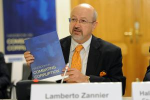 OSCE Secretary General Lamberto Zannier presenting an OSCE Handbook on Combating Corruption, Vienna, 3 June 2016.  (OSCE/Micky Kroell)