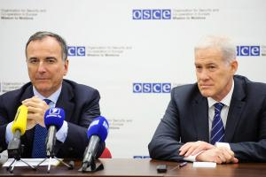 Franco Frattini (l), Special Representative of the OSCE Chairperson-in-Office for the Transdniestrian Settlement Process, and Ambassador Michael Scanlan, Head of the OSCE Mission to Moldova speaking at a press conference, Chisinau, 28 March 2018. (OSCE/Igor Schimbător)