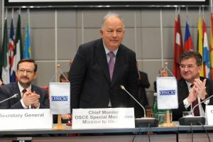 OSCE Chairperson-in-Office Slovakia's Minister for Foreign and European Affairs Miroslav Lajčák (r) and OSCE Secretary General Thomas Greminger (l) lead a farewell ceremony at the Permanent Council for Chief Monitor of the Special Monitoring Mission to Ukraine, Ambassador Ertuğrul Apakan, Vienna, 30 May 2019. (OSCE/Micky Kroell)