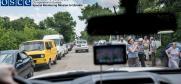 Для Любові покручені залишки мікроавтобуса на узбіччі дороги — це страшне нагадування про небезпеку, на яку вона, як і тисячі інших людей похилого віку, наражається, щоб отримати належну їй за законом України пенсію.