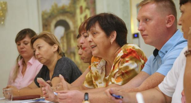 """Members of the NGO """"Centre for Aggressors"""" in Drochia, Moldova explain their approach to combating domestic violence during a visit by NGOs from other parts of the country. (OSCE/Iurie Foca)"""