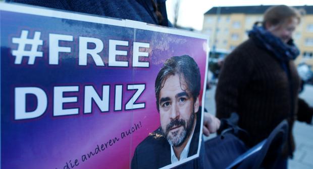 A protester carries a placard during a demonstration to support German-Turkish journalist Deniz Yucel in Floersheim near Frankfurt, Germany, February 14, 2018.  (REUTERS/Ralph Orlowski)