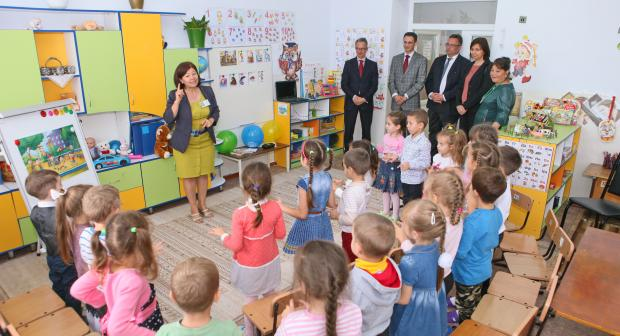Claus Neukirch visits a kindergarten where the OSCE High Commissioner on National Minorities (HCNM) piloted a bilingual education programme in the Gagauz and Romanian languages for children attending Russian language pre-schools.