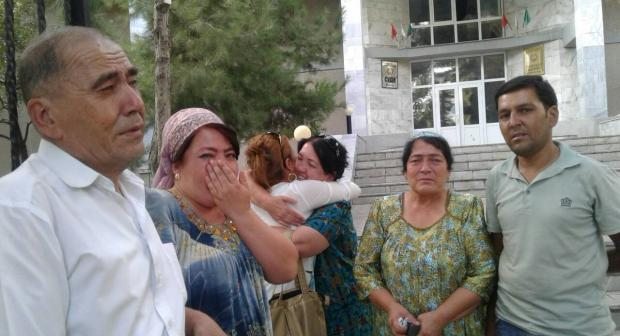 Family of Khayrullo Mirsaidov following court decision to release the journalist, 22 August 2018. (Asia Plus)