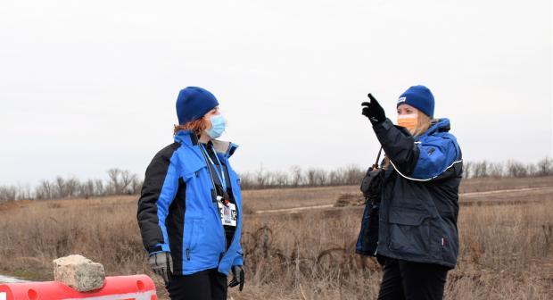 Monitoring officers on patrol in Verkhnotoretske, Donetsk region. (OSCE/Monika Olszewska)