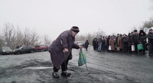 Жизнь на грани глазами наблюдательницы СММ #ОБСЕ: тысячи людей пересекают линию соприкосновения через мост в Станице Луганской, сталкиваясь с неблагоприятными погодными условиями и слабой инфраструктурой, а также подвергаясь опасности из-за наличия мин.