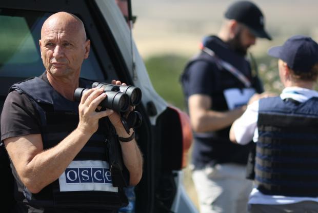 В Специальной мониторинговой миссии ОБСЕ в Украине работают 10 передовых патрульных баз, которые находятся как в подконтрольных, так и в неподконтрольных правительству районах и обеспечивают постоянное присутствие наблюдателей возле линии соприкосновения.
