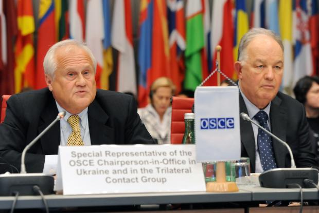 (l-r) Ambassador Martin Sajdik, the Special Representative of the OSCE Chairperson-in-Office in Ukraine and in the Trilateral Contact Group, and Ambassador Ertugrul Apakan, Chief Monitor of the OSCE Special Monitoring Mission to Ukraine, at a meeting of the OSCE Forum for Security Co-operation in Vienna, 4 October 2016. (OSCE/Micky Kroell)